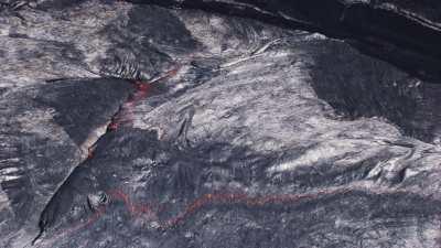 Très gros plans du lac de lave et de la lave incandescente sous-jacente