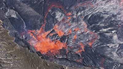 Lave incandescente menaçant d'exploser au coeur du lac de lave