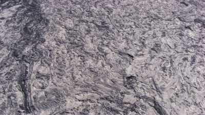 Point de lave incandescente au coeur du lac de lave