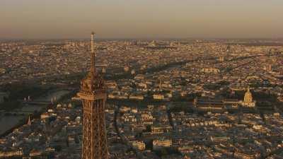 Coucher de soleil brumeux sur la ville et les sommet de la Tour Eiffel