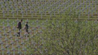 La Nécropole Nationale arpentée par deux visiteurs