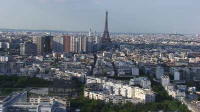 La Tour Eiffel derrière des grues de construction
