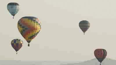 Montgolfières dans le ciel juste après le décollage