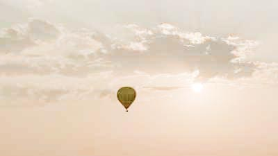 Montgolfières s'éloignant au coucher du soleil