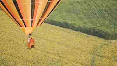 Gros plans de suivi de montgolfières