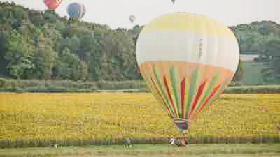 Atterrissage de montgolfière dans un champ
