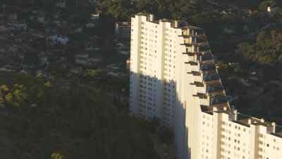 Plans larges de la ville et quartiers populaires