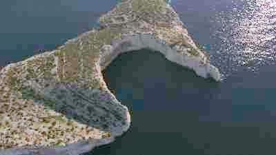 Les calanques et le cap Morgiou au dessus de la grotte Cosquer.