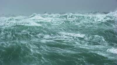 Mer démontée devant Saint-Guénolé