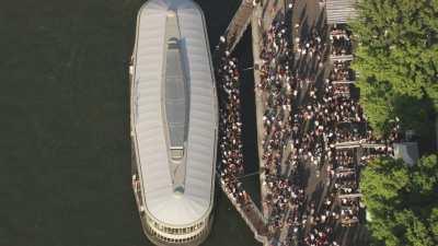 La barge Rosa Bonheur et  survol de la Seine