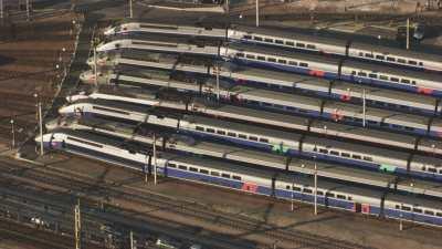 Survol de la Gare de Lyon, trains TGV en attente sur les voies