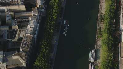 Le bassin de la Villette, lieu de promenade à Paris