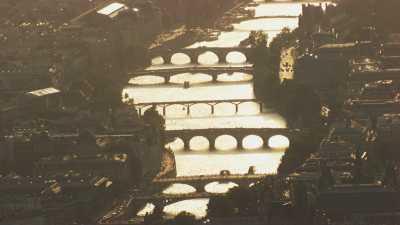 La Seine et ses ponts brillent dans la lumière crépusculaire