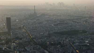 Plans larges, tours Eiffel et Montparnasse