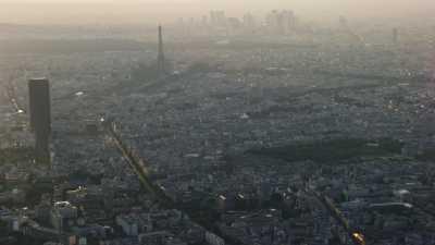 Plans larges, tours Eiffel et Montparnasse