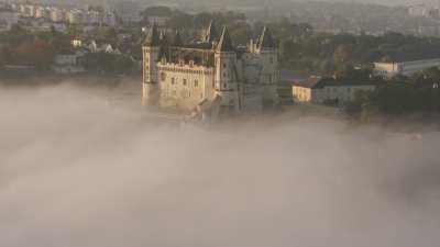 Château et ville de Saumur sous la brume