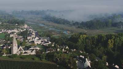 Village en tuffeau et toits d'ardoise en bord de Loire
