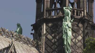 Notre-Dame de Paris, détails vus depuis la Seine