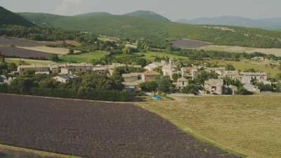 Village de Provence, clocher, forêts et champs de lavande