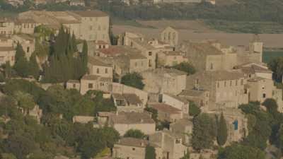Propriétés dans les champs de lavande et village de Provence sur la crête