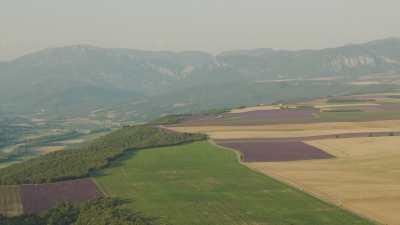 Paysages de Provence, montagnes et champs de lavande