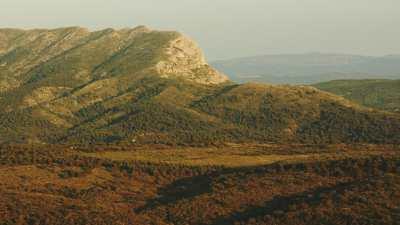Montagnes, formations rocheuses et forêts de Provence