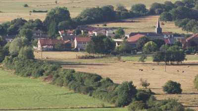 Petit village de campagne et son église