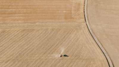 Tracteur qui laboure, campagne française