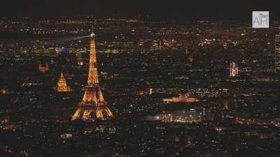 La Tour Eiffel de nuit dans le paysage parisien