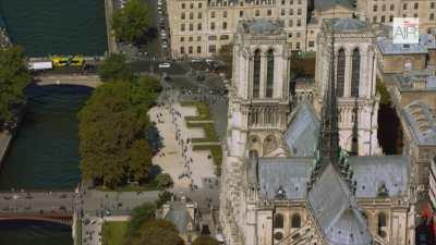 Paris: le centre historique avec la Seine et les îles / Le musée Louvre / Le Centre Beaubourg / La Place des Vosges / L'université Jussieu