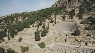Survol du site montagneux du  Théatre Antique