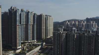 Immeubles roses et bleus dans la baie à Kowloon