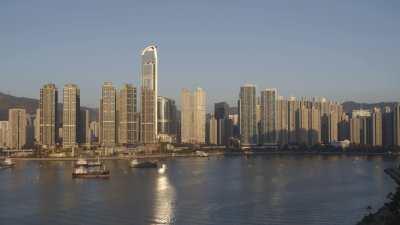 Immeubles, bateaux de pêche dans la baie à Kowloon