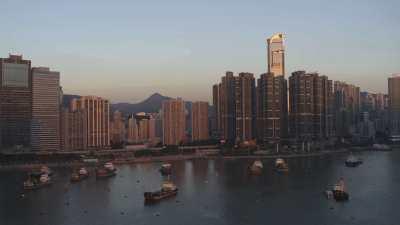 Baie Kowloon, immeubles et bateaux sous le soleil couchant