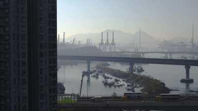 Immeubles, routes, ponts et port industriel dans un même plan