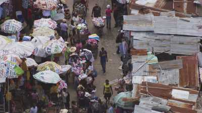 Le marché et ses toits de toile