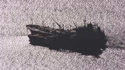 Navire industriel en mer à la tombée de la nuit