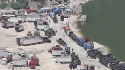 Des camions attendent à la frontière.