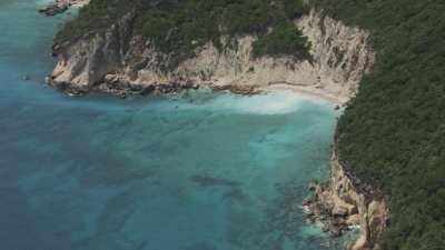 Le littoral, plages sauvages, îles et criques rocheuses