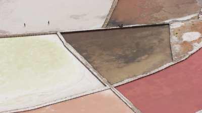 Salins colorés sur le littoral