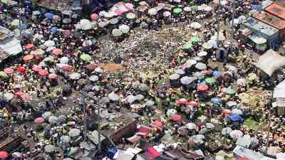 L'immense marché en fer dans les rues de la ville
