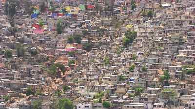 L'impressionnante étendue du bidonville Jalousie peint de couleurs vives