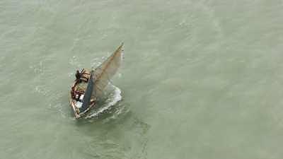 Le littoral de la Cité Soleil et ses barques, un bateau de pêche à la voile