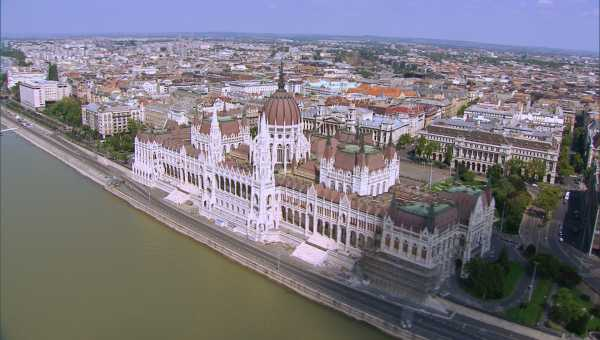 Survol des bords du Danube, de la ville et de ses monuments