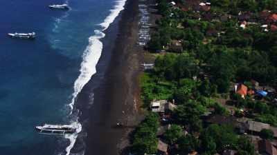 Chargement du riz en bateau  sur les plages de sable noir