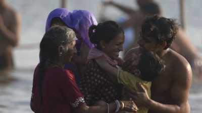 Femmes et leurs enfants lors du bain de la Kumbh Mela