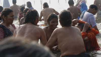 Femmes se baignant lors de la Kumbh Mela