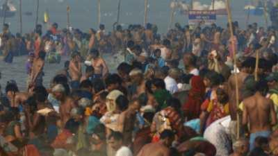 Foule se baignant lors de la Kumbh Mela