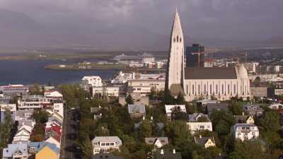 Survol de la ville et paysage environnant