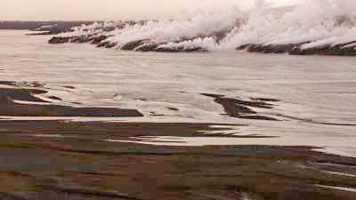 Plans larges du Vatnajokull et colonnes de fumée